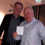 Nye ordföranden Bengt Palmqvist överräcker en liten present som ett tacksamhetsbevis för Lsses engagerade arbete. Ola var inte närvarande men får sin avskedsgåva av Håkan Andersson när han besöker Norrmejerier