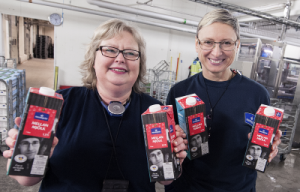 Vid Luleå mejeri är Ann Kula, platschef och Marzena Nordberg, projektledare är glada över mjölk i förslutningsbar förpackning. Foto: Per Lundström